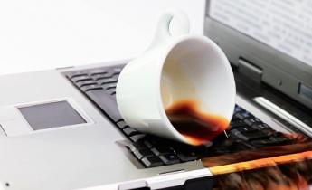 Залили ноутбук жидкостью?